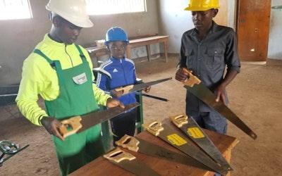 eerste materieel voor inrichting houtbewerkingsmaterieel op SARICO Nkambe