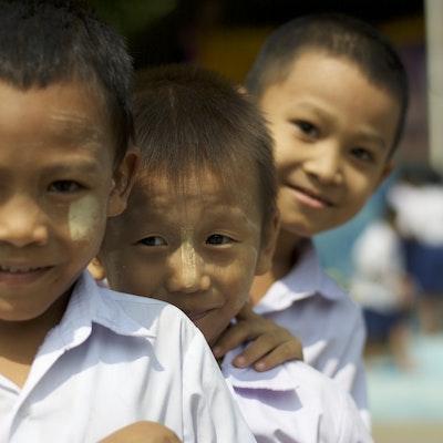 Birmese migrantenkinderen in het leercentrum in Mae Sot