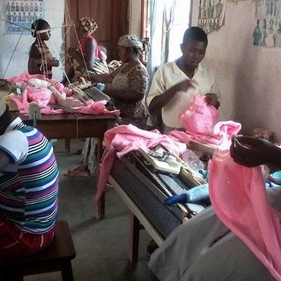 Educate me - Cameroon ondersteunt SATHEVOC of St Therese Vocational Training Center waar leerlingen samenwerken met de vrouwencoöperatieve van Sabongari