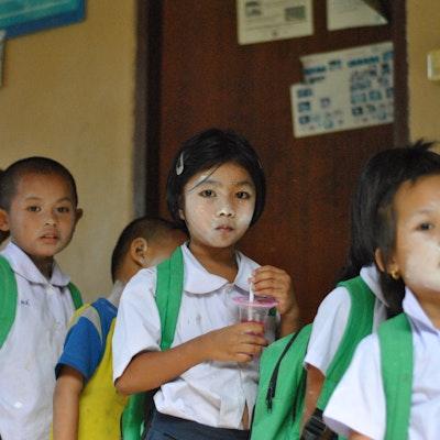 Veel kinderen komen met de boot vanuit Myanmar naar deze school op de Thai/Myanmar grens