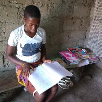 Voor leerlingen die niet naar school kunnen, worden de studies van thuis uit verder gezet, tot ze opgenomen worden in internaat school via humanitaire missie.