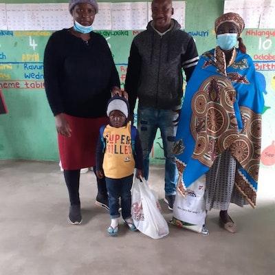 Een familie met voedselpakket