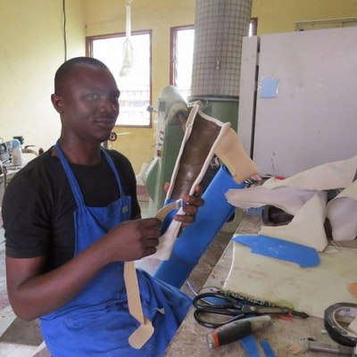 Educate Me - Cameroon steunt A.R.C.H. en hun werknemers (met handicap) van 't atelier dat orthopedische aanpassingen maakt (zoals aangepaste schoenen, braces, prothesen e.a.) zodat kinderen met handicap kunnen genezen en/of deelnemen aan het sociale leven inclusief onderwijs.