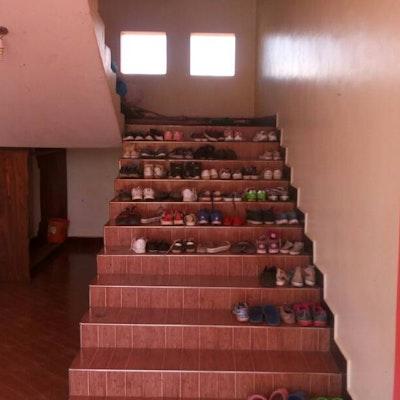 Alle schoenen van de internen netjes geordend op de trap