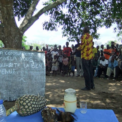 Overleg in het dorp Imwela in Bandundu