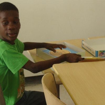 Leerling in 'speciaal onderwijs-klasje' in Moengo